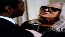 O Rebu resumo dos capítulos: Rosa interroga Duda, que diz que era louca por Bruno e confiava nele. Uma das fotos que está no mural no quarto da jovem chama a atenção da investigadora